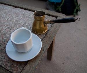 Турка и пустая чашка на столе